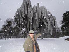 雪中的西貝流士公園,及我們帥氣的官領隊!— 在Rovaniemi, Lapland。
