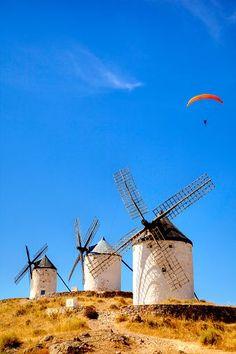 Mólinos de Viento, un paisaje típico manchego, como manchegos son nuestros platos elaborados. No te los pierdas.