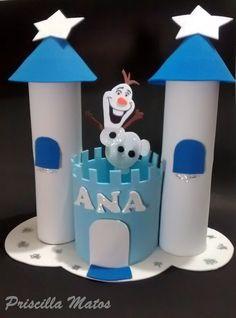 Centro de mesa Frozen Castelo em EVA Personalizado com o nome do aniversariante.    Confeccionado com EVA, papelão e cola glitter.    Detalhes:  O boneco tem 12 cm de altura  A base azul do centro tem 9 cm de diâmetro e 10 cm de altura.  A distância de uma torre para a outra é de 20 cm    Fique a...