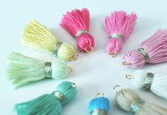tutorial: embroidery thread tassels with jump rings for hanging Tassel Keychain, Tassel Earrings, Tassel Bookmark, Yarn Crafts, Diy Crafts, How To Make Tassels, Bracelets With Meaning, Diy Accessoires, Diy Tassel