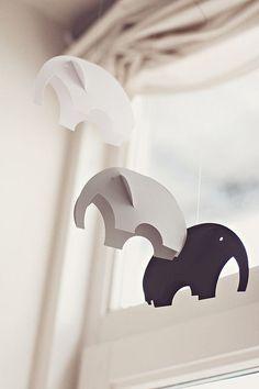 Чтобы слон помогал семье в каждом деле и привлекал в жилье только хороших людей, специалисты рекомендуют ставить его в юго-восточной или северо-западной части квартиры