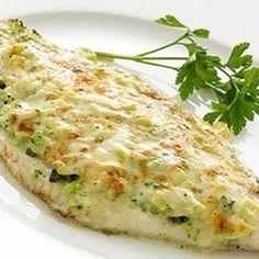 PESCADO GRATINADO CON QUESO Y BRÓCOLI (para dos personas) 2 filetes grandes de pescado blanco (merluza, pejerrey, abadejo,o el que mas te guste). Jugo de 1 limón. 2 cucharadas soperas de queso en hebras light (o queso port salut light rallado manualmente). 2 cucharadas soperas de queso untable 0% g...