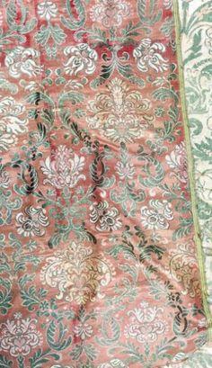 Deux lampas lancés, début XVIIème siècle. Fin dessin de branches courantes en meneaux garnies de fleurs de tons pâles sur satin très fin, gris blanc ou cuivre ; 56 x 180 et 120 cm (déchirures et reprises, sur toile).