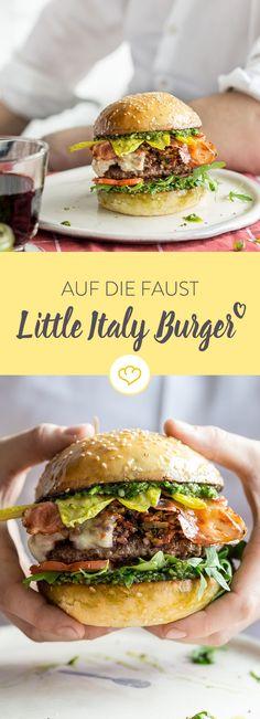 Die Grillsaison hat begonnen. Bastle dir und deinen Freunden einen saftigen Little Italy Burger mit Pesto, Olivensalat, Mozzarella und einem saftigen Patty.
