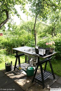 Discover recipes, home ideas, style inspiration and other ideas to try. Cozy Cottage, Garden Cottage, Home And Garden, Summer Garden, Lavabo Exterior, Outside Sink, Outdoor Spaces, Outdoor Living, Vie Simple