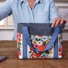 Make Your Own Simple Six-Pocket Bag Choose your favorite patterned fabric and t. Make Your Own Simple Six-Pocket Bag Choose your favorite patterned fabric and this easy sewing project becomes as statement-making as it is practical. This image ha Easy Sewing Projects, Sewing Projects For Beginners, Sewing Hacks, Sewing Tutorials, Sewing Tips, Sewing Ideas, Tote Bag Tutorials, Dress Tutorials, Diy Purse Making