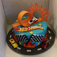 Bolo Hot Wheels, Hot Wheels Cake, Hot Wheels Party, Hot Wheels Birthday, Race Car Birthday, Cars Birthday Parties, Hotwheels Birthday Cake, Bolo Angry Birds, Festa Monster Truck