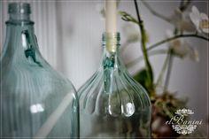 wnętrza, tapeta pasy, półka na książki, shabby chic, metamorfoza, świeczniki z butelek, dzbanek po winie