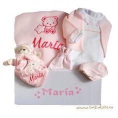 Manta de bebé bordada dentro de una bonita canastilla. El regalo perfecto para recién nacidos. Onesies, Kids, Baby, Newborn Baby Gifts, Embroidered Baby Blankets, Baby Afghans, Gift Shops, Personalized Gifts, Young Children