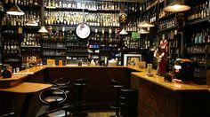 Rupp's Bierlokal Pub mit riesiger Auswahl an Whiskeys und vegetarisch-veganem Beisl-Essen. Wien Lokal, Food Places, Liquor Cabinet, Conference Room, Vienna, Whiskey, Furniture, Home Decor, Beer