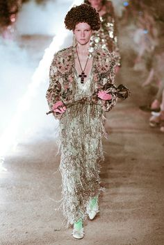 See all the Collection photos from Gucci Spring/Summer 2019 Resort now on British Vogue Runway Fashion, Fashion Outfits, Fashion Weeks, Womens Fashion, Gucci Spring, Fashion Show Collection, Italian Fashion, Vogue Paris, Spring Outfits