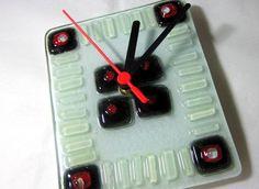 Relógio em vidro colorido  Branco/Preto/Vermelho   Ponteiros pretos  Parede  12,5   x 15,5 cm R$40,00