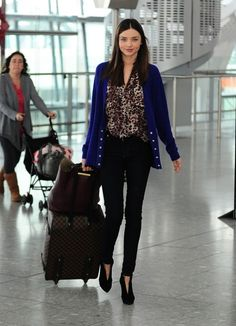Miranda Kerr wore a leopard top, blue cardigan and Cult Skinny. Estilo Miranda Kerr, Miranda Kerr Street Style, Photo Glamour, Airport Style, Airport Chic, Airport Outfits, Airport Fashion, Travel Style, Travel Fashion