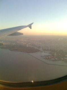 Vista aérea antes de aterrizar en Buenos Aires , Aeropuerto Jorge Newbery frente al Río de la Plata.