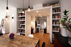 독창적인 두 개의 문과 벽 속 책장