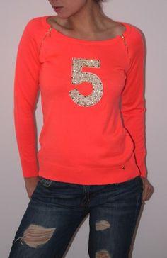 Sweater Coral con aplique en pedreria y cremalleras doradas en hombros en talla S-M.