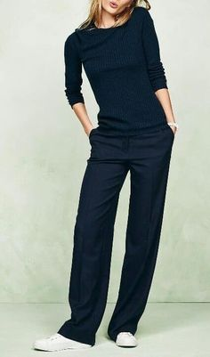Black and so cute Simple Black Outfits, Straight Cut Pants, Travel Chic, Well Dressed, Fashion Pants, Wide Leg Pants, Capsule Wardrobe, Autumn Fashion, Trousers