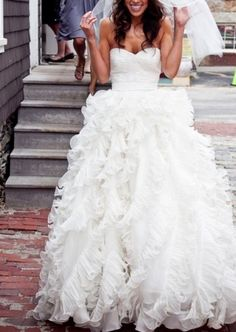 ruffle wedding dress (i think this is the Oscar del a Renta dress)