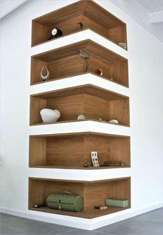 Before you start making DIY floating corner shelves, you should look for some references. These DIY floating corner shelves ideas below might inspire you. Corner Shelf Design, Diy Corner Shelf, Floating Corner Shelves, Bookshelf Design, Corner Wall, Corner House, Floating Wall, Creative Bookshelves, Bookshelves In Bedroom