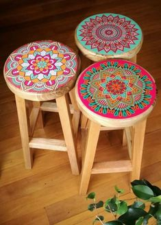 Mandala Bar Stools -- OMG, I definitely need to do this for our old bar stools! - DIY Furniture Projects - Mandala Bar Stools — OMG, I definitely need to do this for our old bar stools! Painted Chairs, Hand Painted Furniture, Funky Furniture, Paint Furniture, Furniture Projects, Furniture Makeover, Home Furniture, Hand Painted Stools, Diy Projects