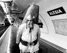Alésia - Mises en scènes du nom des stations du métro de Paris - Le photographe Janol Apin a photographié les stations de métro parisiennes dans les années 90 en mettant en scène leurs noms.