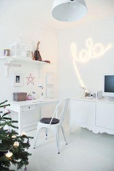 white home office (via HOUSE of PHILIA: MORGONPICS FRÅN LO LO´S RUM)