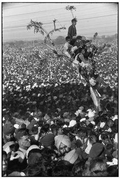 Henri Cartier-Bresson, Foule patientant pour offrir ses derniers hommages à Gandhi, près de la zone de crémation, Inde, 1948. © Henri Cartier-Bresson/Magnum Photos.