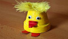 Tafdeco ! Vous propose des idées de Bricolage facile pâques, Il suffit de suivre les étapes proposées.Bricolage facile pâques est  expliqué  pas à pas, il va être  un jeu d'enfant.  Pour vous aider d'avantage nous vous proposons un modelage d'une famille de poule avec ces poussins de pâque en pâte à sel. Easter Projects, Easter Crafts, Toddler Crafts, Crafts For Kids, Hen Chicken, Diy Ostern, Animal Crafts, Clay Pots, Rubber Duck