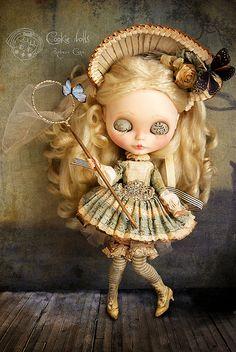 Rebeca Cano é a responsável por produzir Blythe Dolls como personagens protagonistas de contos. Ela dá significado, alma e vida através da expressão, roupas, adereços, cenário e fotografia. Cada peça é criada cheia de simbolismo para a idéia de que a concebeu, bem como referências religiosas sutis, oníricas e poéticas. (http://lilliputiansworld.tumblr.com)  #Blythe #BlytheDolls #BlytheContoDeFadas
