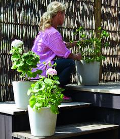 """Gjut betongen i en hink så får du en slät och fin kruka att plantera blommor i - snyggt både i trädgården och på balkongen. Här är instruktioner på hur du gör från boken """"Betong…"""