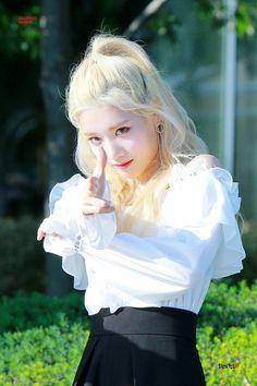 170921 Kim Lip @ M! Kpop Girl Groups, Korean Girl Groups, Kpop Girls, Extended Play, Cool Girl, My Girl, Loona Kim Lip, Kim Jung, Olivia Hye