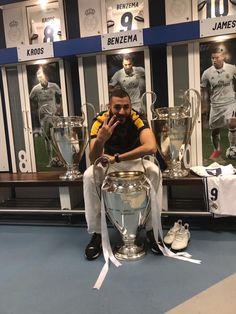 #KB9 dans le vestiaire du Real Madrid avec les trophés de La Ligue de Champions.