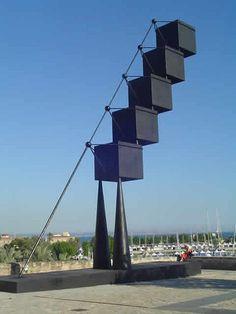 Bou. Obra de la que se ha discutido su localización sobre las murallas de Palma por el impacto visual que ofrece. Son cinco cubos que alcanzan la altura de 15 metros y con un peso de 45 toneladas.