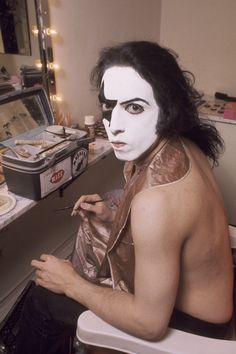 In the early two members of New York rock band Wicked Lester, Paul Stanley and Gene Simmons, struck out to start a new group. Banda Kiss, Kiss Rock Bands, Kiss Band, Kiss Images, Kiss Pictures, Paul Stanley, Gene Simmons, Black And White Makeup, Vinnie Vincent