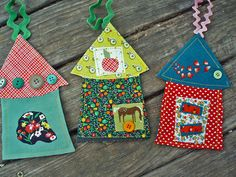 belle and burger: Home for the holly~daze ornament tutorial Ornaments Image, House Ornaments, Christmas Tree Ornaments, Christmas Decorations, Diy Craft Projects, Diy Crafts, Craft Ideas, Ornament Tutorial, Fabric Houses