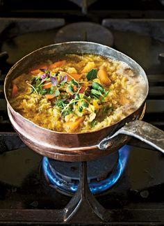 Vitkålssoppa med färska örter och rotfrukter. En hälsosam & värmande middag, som dessutom är vegetarisk. Här hittar du recept på en härlig soppa med vitkål. Slow Food, Paella, Soup Recipes, Curry, Veggies, Food And Drink, Vegetarian, Snacks, Vegan