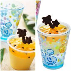 マンゴームース、スーベニアカップ付き ¥580  マンゴームースの上にオレンジゼリーをトッピングした爽やかなカップデザートです。 シード(種)入りのパッションフルーツソースとヤシの木をかたどったチョコレートのトッピングが夏の気分を盛り上げます。 涼しげなデザインのアクリル製のス-ベニアカップが付いています。  【販売店舗】 アメリカンウォーターフロント フードワゴン カフェ・ポルトフィーノ マンマ・ビスコッティーズ・ベーカリー ニューヨーク・デリ ハイタイド・トリート ブリーズウェイ・バイツ ユカタン・ベースキャンプ・グリル ミゲルズ・エルドラド・キャンティーナ カスバ・フードコート セバスチャンのカリプソキッチン