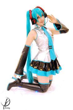 Vocaloid. Character: Hatsune Miku. Cosplayer: Juliana 'aka' Tsukino. Former Company: Lollipop Bunny. From: Enseada, Brazil. Photo: Pandy-Cosplay Brazil 2011.