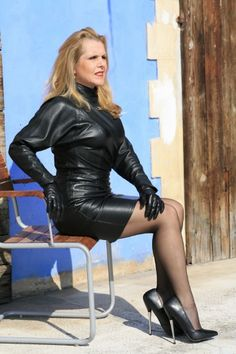 Kurzes Lederkleid aus Lamm-Anilin-Nappaleder mit Fledermaus-Ärmeln, Reißverschlüssen am Handgelenk und 2-Wege-Reißverschluss hinten. MICELI - First in Leather