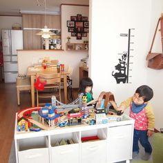 女性で、3LDK、家族住まいの手作り/収納/木製レール/こどものおもちゃ/ステルトン/PH5…などについてのインテリア実例を紹介。「こどもの木製レール用のプレイテーブルをカラーボックスを使用してDIY☆」(この写真は 2014-02-24 12:48:59 に共有されました)
