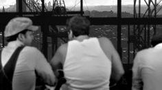 """""""MEN AT LUNCH"""". Um doc tradicional (narração em off, talking heads) sobre fotografia (os homens que almoçavam no topo de uma viga na construção do Rockfeller Center em 1932), mas serve de indicação para o tratamento visual das fotos de arquivo: enfoques, recortes, zoom in e out, trilha etc. Não consegui o filme todo, mas tem no Netflix."""