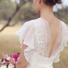 Платье невесты с небольшими рукавами и открытой спиной