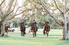 Uma paixão do casal, Casamento Mariah Wiederhold e Peter Archer, os #cavalos participaram da entrada do noivo e dos padrinhos na cerimônia. #horses #wedding