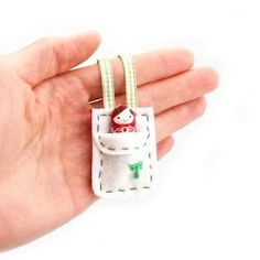 A mini toy doll for your doll? She comes with her own carrying pouch! This is a mini Matryoshka Russian doll and a doll carrying pouch. Doll Crafts, Diy Doll, Felt Dolls, Doll Toys, Operation Christmas Child, Matryoshka Doll, Sewing Dolls, Waldorf Dolls, Felt Diy