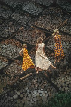 Vintage Fashion Vintage Marimekko Ads by Tony Vaccaro - Frolicking in the woods in Finland! Vintage Dresses 1960s, Vintage Outfits, Vintage Fashion, Fabric Photography, Vintage Photography, Marimekko, Haida Art, Scandinavian Fashion, African Textiles