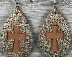 Leather earrings cork leather Magenta and natural Cross Diy Leather Earrings, Diy Earrings, Leather Jewelry, Brown Earrings, Diy Jewelry Unique, Diy Jewelry Making, Handmade Necklaces, Handmade Jewelry, Magenta