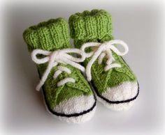 Helemenkerrääjä puikkoviidakossa: Vauvan sukat tennarisukat villasukat tennarit reaverse converse helppo selkeä ohje 7 veljestä seiskaveikka puikot 3,5 koko 10 kk Knit Baby Shoes, Knit Baby Dress, Baby Boots, Crotchet Patterns, Baby Knitting Patterns, Crochet For Kids, Knit Crochet, Baby Converse, Knitted Booties