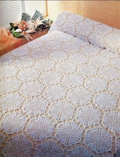 'Deluxe Bedding' Crochet Bedspread ~ free pattern and graph