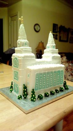 How fantastic is this Kansas City, MO Temple cake? We're absolutely in love! #lds #temples #cake #v4v