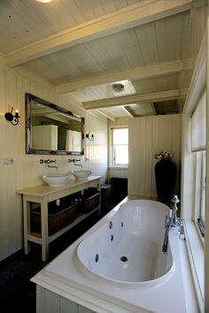 Ruime Badkamer met heerlijk ligbad